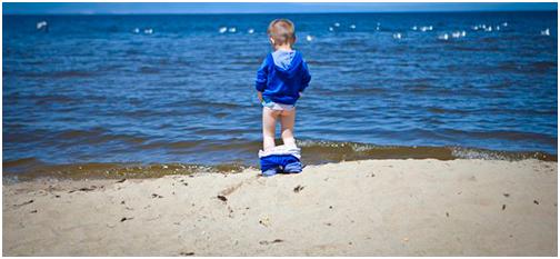 Ребенок писает на берегу