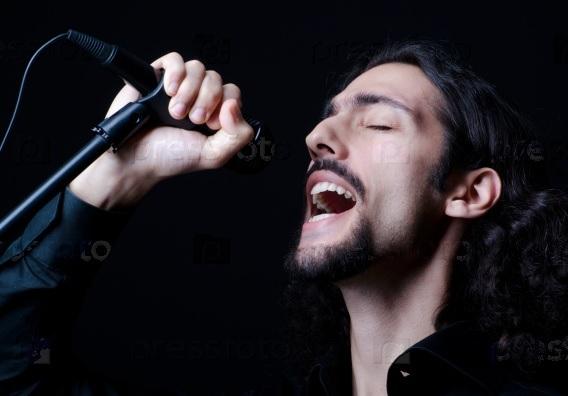 Мужчина поет