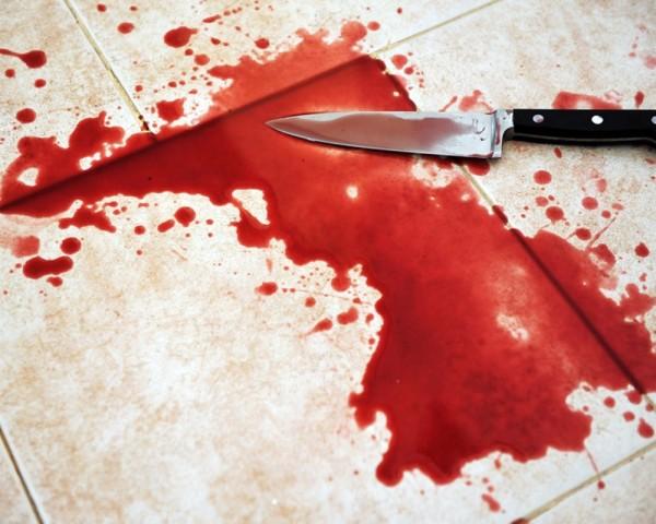 Нож в луже крови