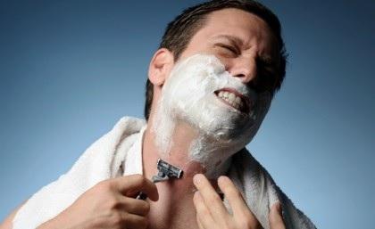 Мужик порезался во время бритья