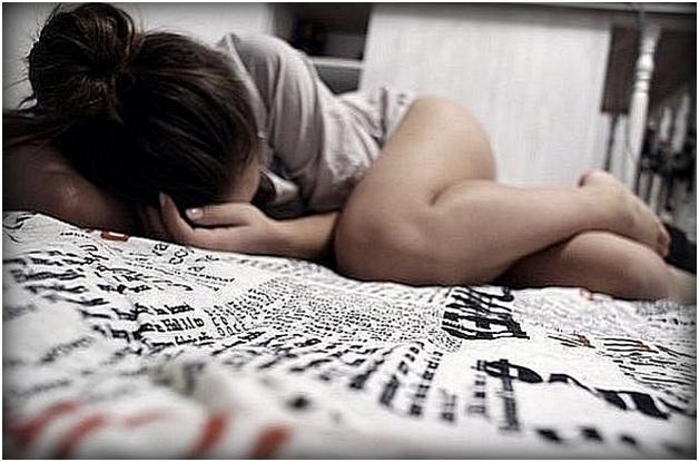 Девушка плачет в постели