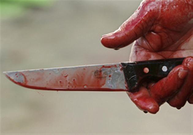 Окровавленный нож в руке