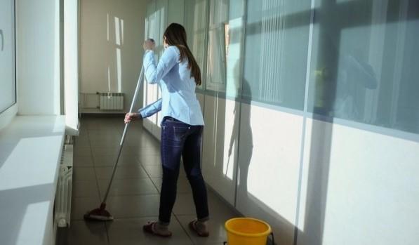 Женщина моет пол в больнице