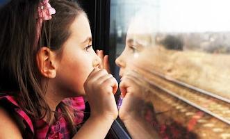 Девочка в купе смотрит в окно