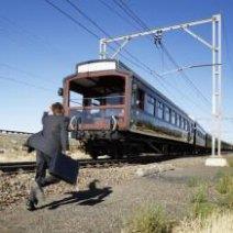 Мужчина опаздывает на поезд
