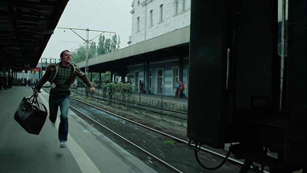 Мужчина бежит за поездом