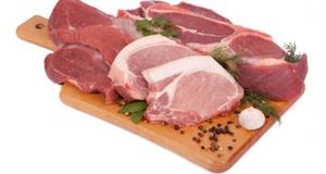 Сырая свинина и говядина на доске