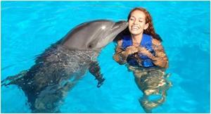 Девушка с дельфином