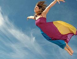 Женщина парит в облаках