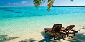 Пляж с лежанками