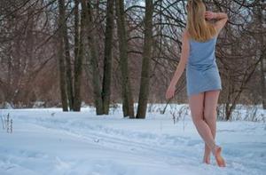 Девушка г уляет босиком по снегу видео фото 748-961