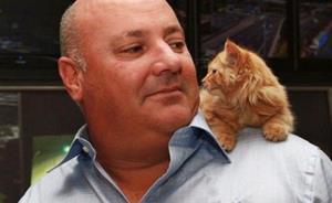 Взрослый мужчина с котенком