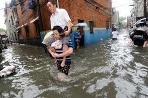 Наводнение уносит людей