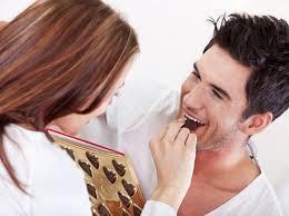 Женщина дарит мужчине коробку конфет