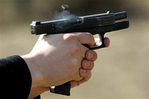 Стреляет из пистолета