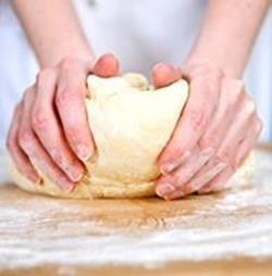 Месит тесто