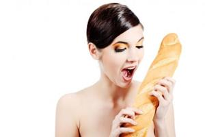 Ест белый хлеб