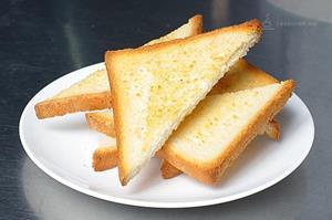 Гренки из белого хлеба в ресторане
