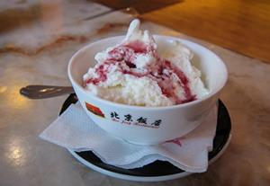 Мороженое на столе в кафе