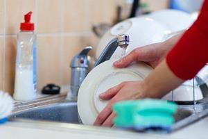 Мыть посуду