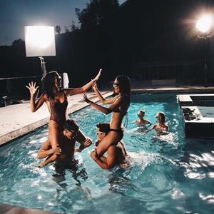 Плавать со знакомыми людьми