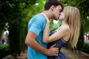 Поцелуй с девушкой