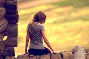 Подруга на коленях лижет девушке