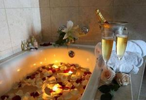 Ванна с розами и шампанским