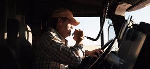 Водитель ведёт грузовик