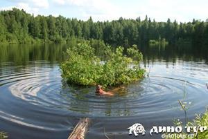 Плавающий человек в озере