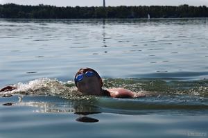 Переплывать озеро