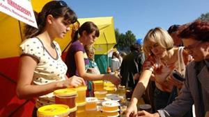 Покупка на рынке мёда