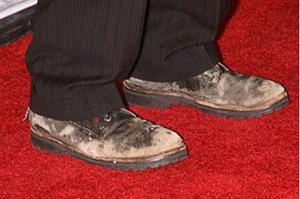 Грязная и ободранная мужская обувь