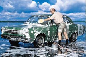 Моет машину