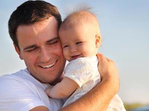 Отец держит ребёнка на руках