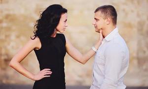 Женщина душит мужчину
