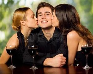 Парня целуют незнакомые девушки