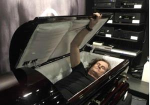 Снится живой человек в гробу
