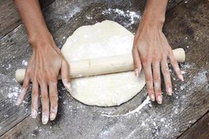 Раскатывать тесто