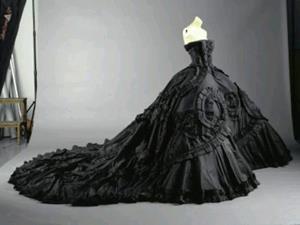 Чёрное платье на манекене