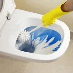 Мыть унитаз