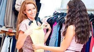 Примерка платья в магазине