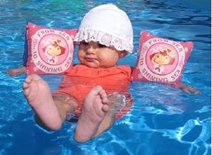 Плавать на надувных игрушках