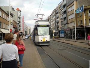 Трамвай, подъезжающий к остановке