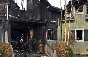 Разрушенный пожаром дом