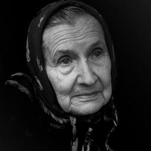 Бабуля шлепает молодую