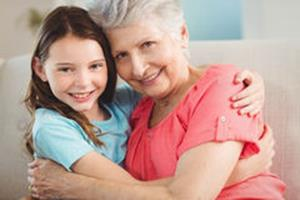 Обнимания внучки и бабушки