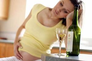 Беременная пьёт алкоголь