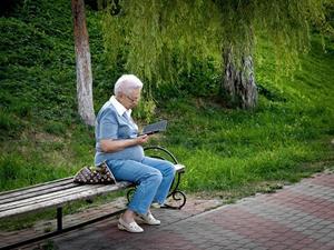 Бабушка на скамейке