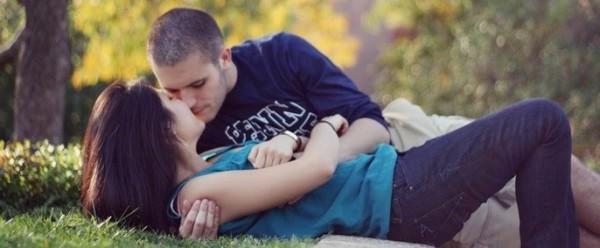 Девушка целуется с симпатичным мужчиной